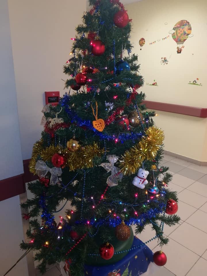 Karácsonyfa a gyerekosztályon